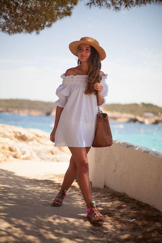 looks usando sandália grega de pompons coloridos para o verão
