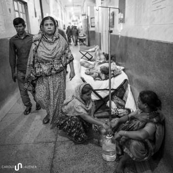 Angehörige versorgen die Patienten mit Nahrung und Flüssigkeit. Vom Spital gibt es nichts.