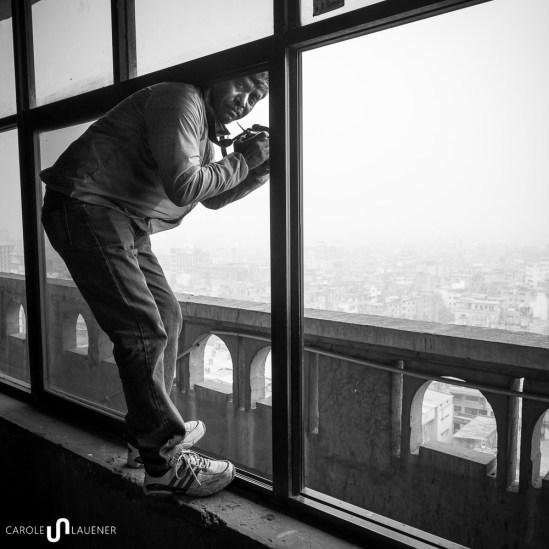 Amran in Action. Er ist seit über zwanzig Jahren als Fotojournalist in Bangladesch tätig und nimmt mich unter seine Fittiche. Im Presseklub gelten wir schon bald als «Traumpaar».