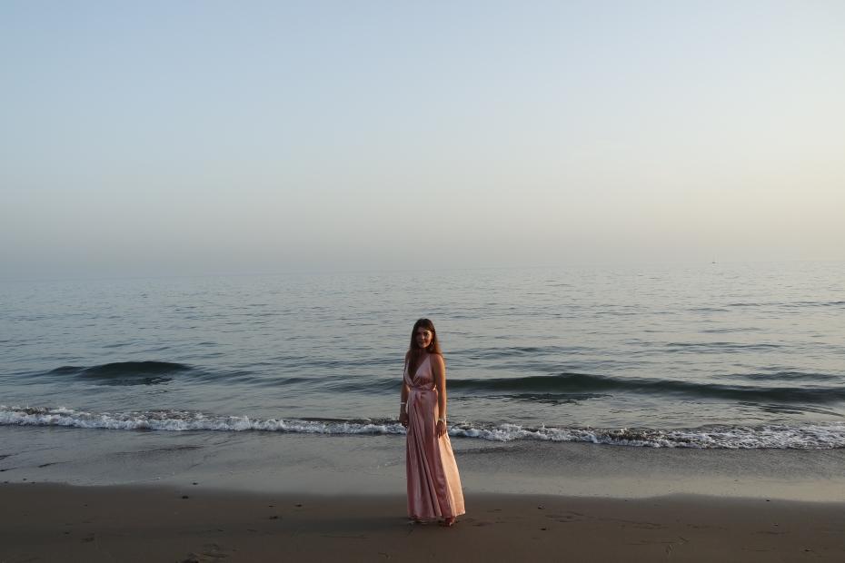 Abito lungo con spacco al mare