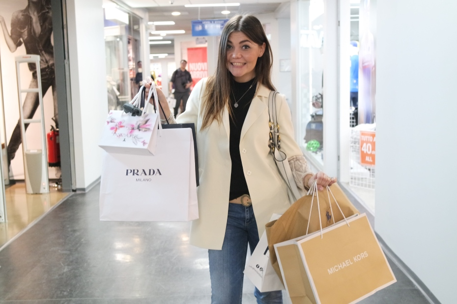 Ragazza con buste da shopping