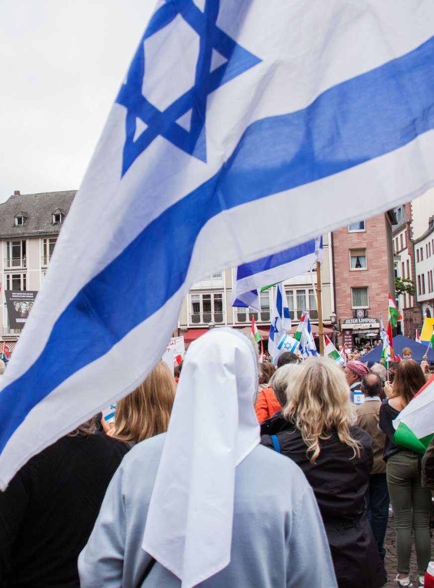Israelische Fahne in pro Israel Demonstration