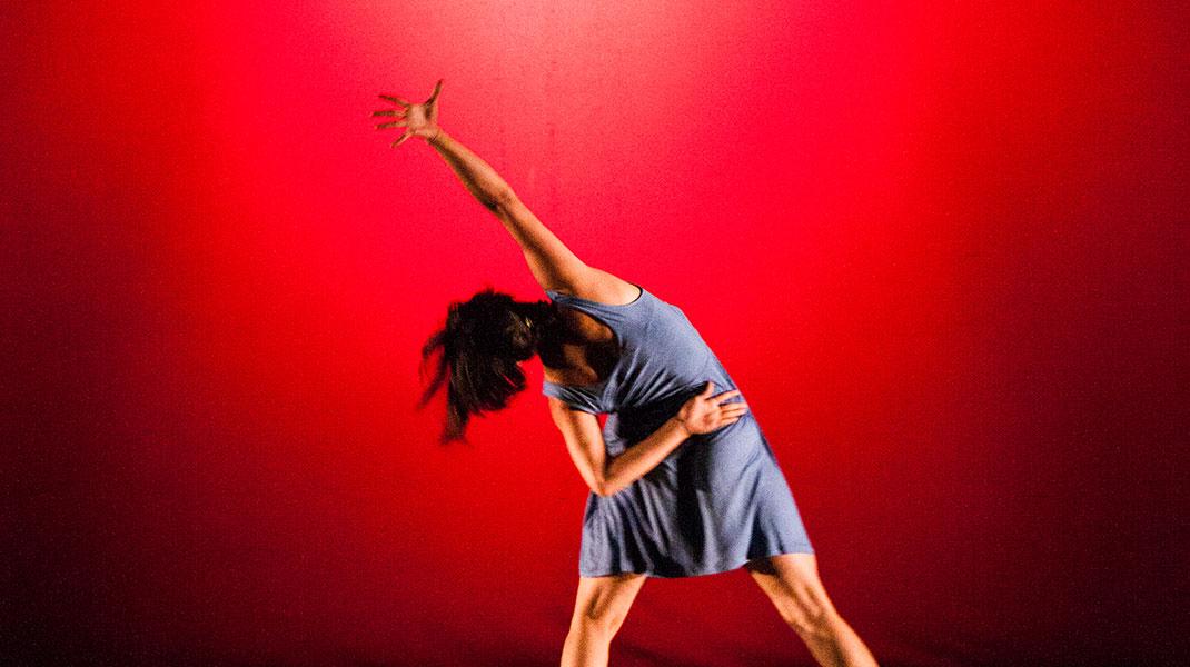 Frau tanz auf der Bühne