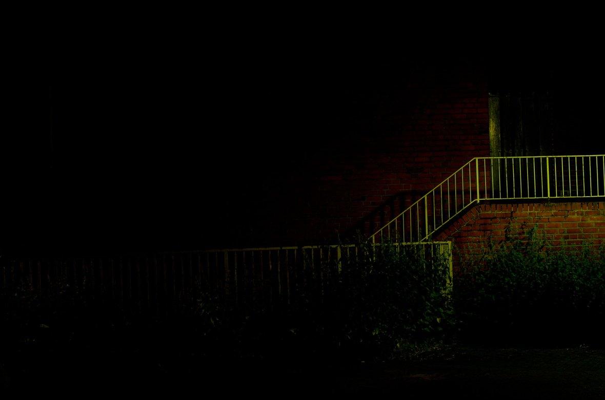 Treppengelände in der Dunkelheit