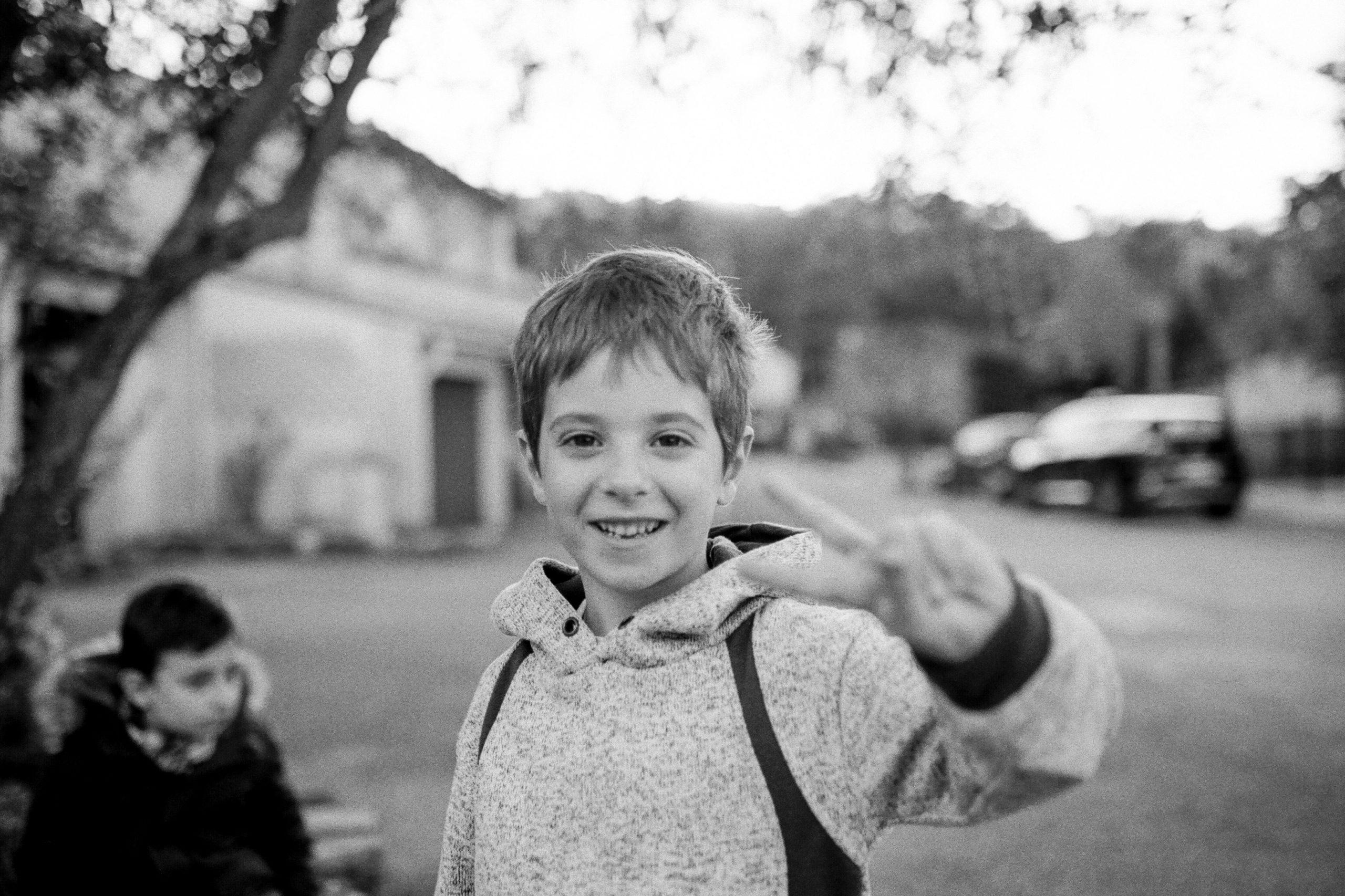 caroline liabot photographe - portrait d'enfant - sur le chemin de l ecole - projet perso - tmax400 - photo argentique - carmencitalab