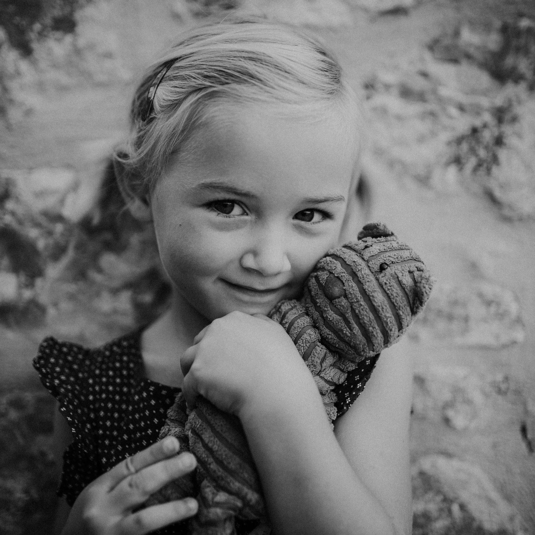 portraits d'enfants au naturel - caroline liabot photographe - photographe famille cannes - photographe lifestyle french riviera - seance photo famille a domicile -