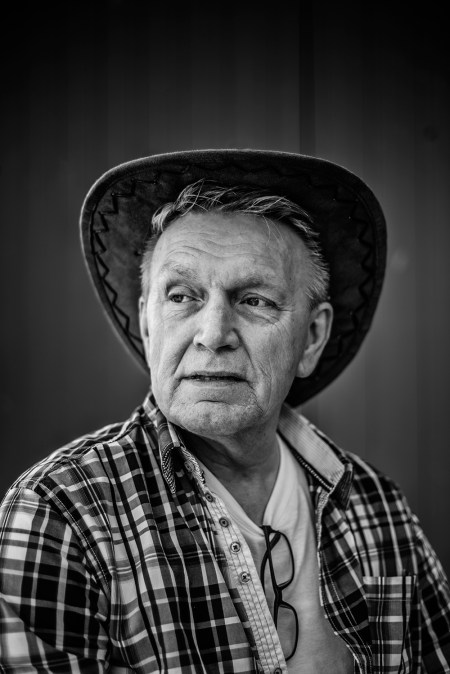 Frits: 'Ik heb eigenlijk altijd een hoedje op. Het moet wel matchen met mijn kleren. Als ik een kaki broek aan heb doe ik ook een kaki hoed op. Ik heb een stapel van wel 20 hoeden.'