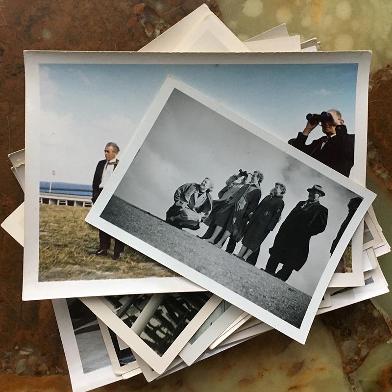 Ze maakten een groepsfoto op de dijk, maar waar keken ze eigenlijk naar?
