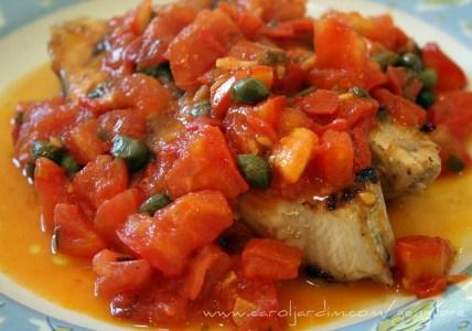 56. Filé de peixe com molho de tomate e alcaparras