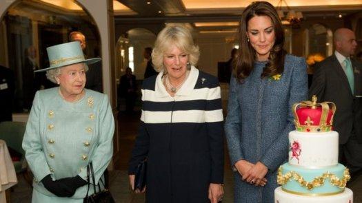 Rainha Elizabeth, Camila e Kate visitam Fortnum & Mason