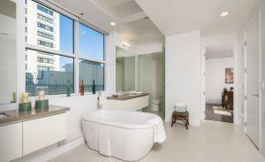 Wilshire corridor bath