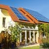 Einfamilienhaus mit Solar Panels auf dem Dach