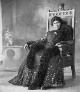 Liliʻuokalani seated on throne.