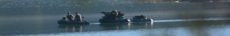 Train de zodiacs pêcheurs de carpes.