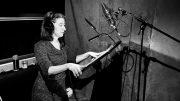 La comédienne Véronika Makdissi-Warren dans un studio d'enregistrement