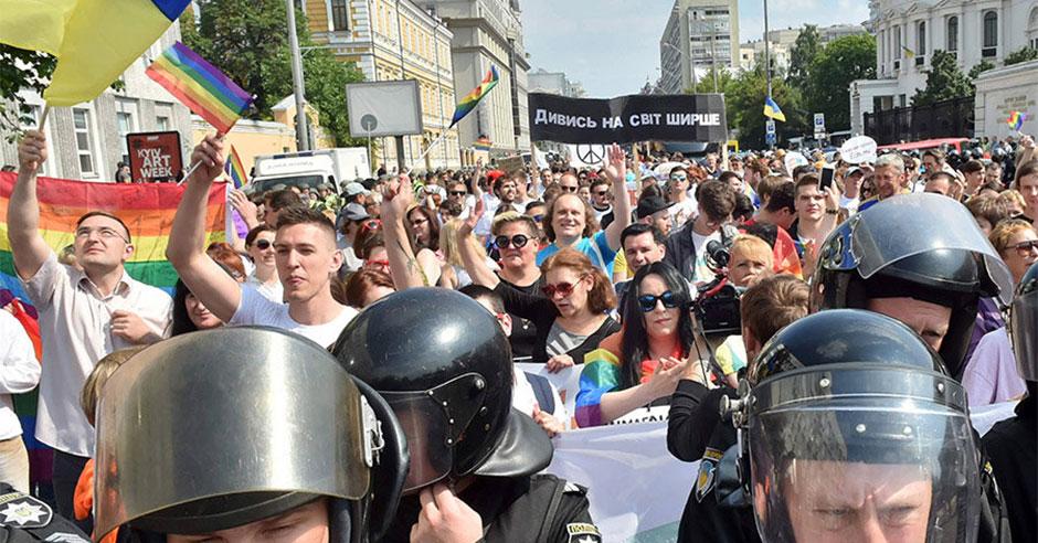 """Niente """"bagno di sangue"""": la diversità sfila a Kiev. Scortata"""