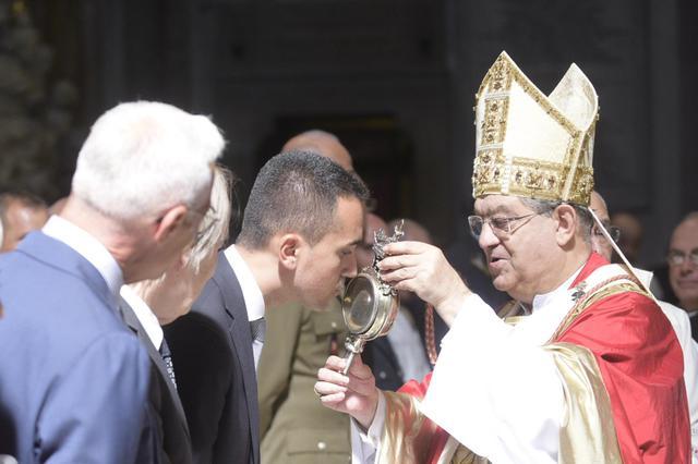 Elezioni Di Maio bacia il sangue di San Gennaro