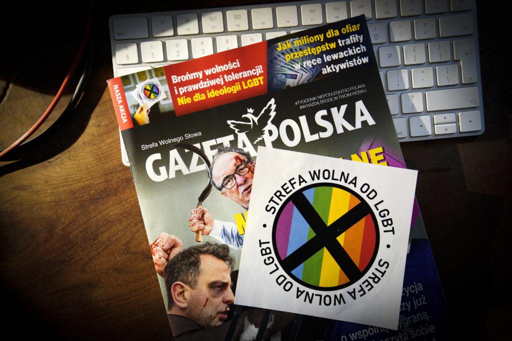 Gli adesivi omofobi in omaggio con Gazeta Polska