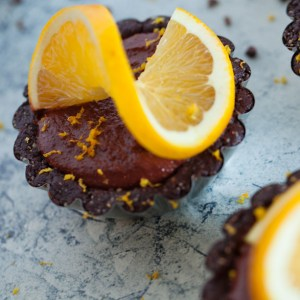 Raw Vegan Chocolate Orange Tarts | A healthy, easy dessert recipe perfect for holiday parties | gluten-free and oil-free | can be made nut-free as well