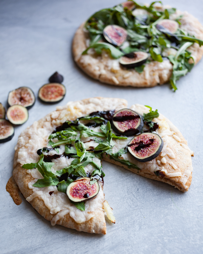 EASY vegan roasted garlic pizza with arugula & figs! Made with pita, perfect for a fast plant-based weeknight meal or appetizer!