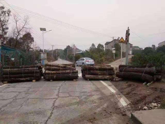 Strassensperren Abriegelung mit Batterien von Holzstämmen 2020 25. Januar China