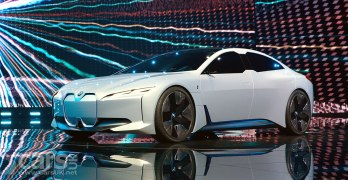 BMW i5 ELECTRIC Tesla-Basher previewed by BMW's i Vision Dynamics (video)