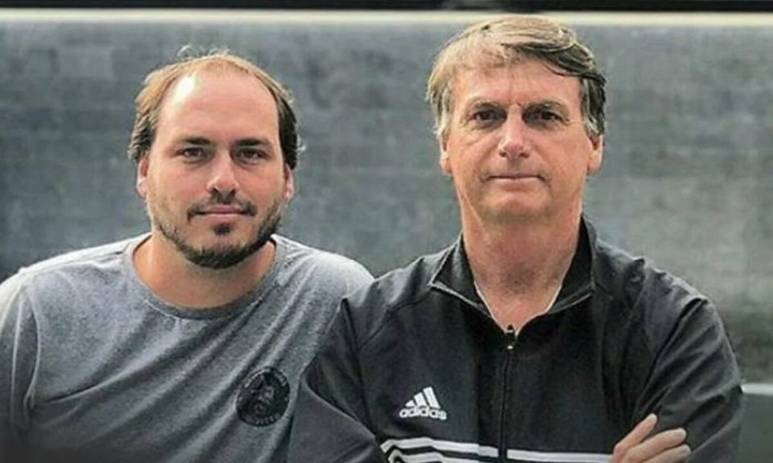 Councilman Carlos Bolsonaro (Republicans-RJ) and President Jair Bolsonaro. Photo: Playback / Facebook