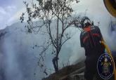 Extinción del incendio de un matorral en Canteras