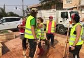 Limpieza de los servicios municipales con la colaboración de voluntarios en Los Nietos y Los Urrutias