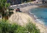 Trabajos de limpieza en la playa Cala Cortina