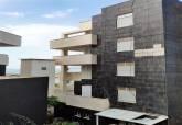 Edificio precintado en la zona del Dos Mares de La Manga por el desprendimiento de placas de su fachada.