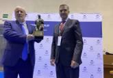 Eduardo Armada, recibiendo el premio nacional que reconoce su trayectoria profesional