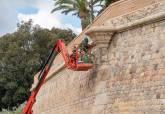 Trabajos de limpieza y desbroce en la Muralla de Carlos III