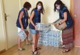 Personal de Servicios Sociales prepara botellas de agua para dar a la población.