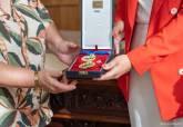 Entrega de la Medalla de Oro de las Bellas Artes otorgada a Paco Martín al Ayuntamiento de Cartagena