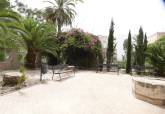 La ADLE, a través de los alumnos de ISOL, arregla los jardines del edificio de La Milagrosa
