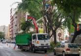 Operarios municipales subsanando los daños causados por la lluvia