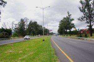 La baranda metálica que dividirá ambos carriles se colocará a lo largo de 15 km. Foto: Prensa MOPT.