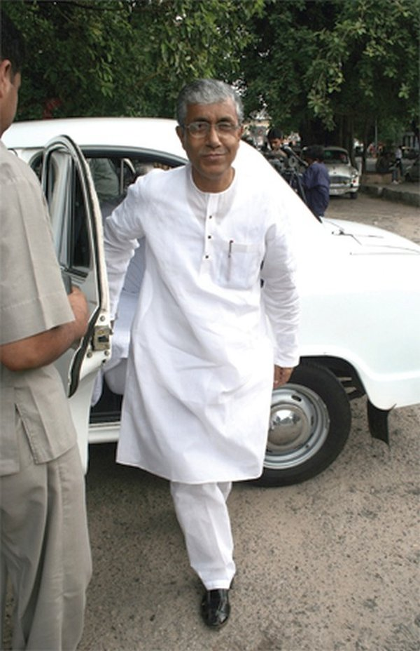 Manik Sarkar with his Hindustan Ambassador