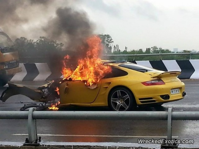 Porsche 911 Turbo fire rear