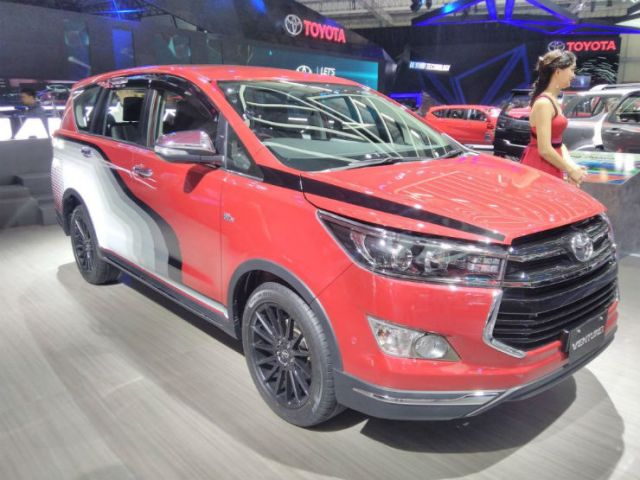 Toyota-Innova-Venturer-with-body-graphics-at-GIIAS-2017-right-front-three-quarters-1024x768