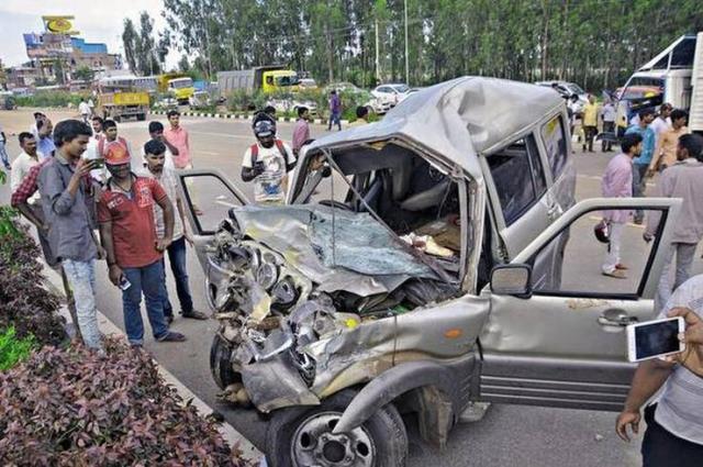 Mahindra Scorpio Crash after tyre burst featured