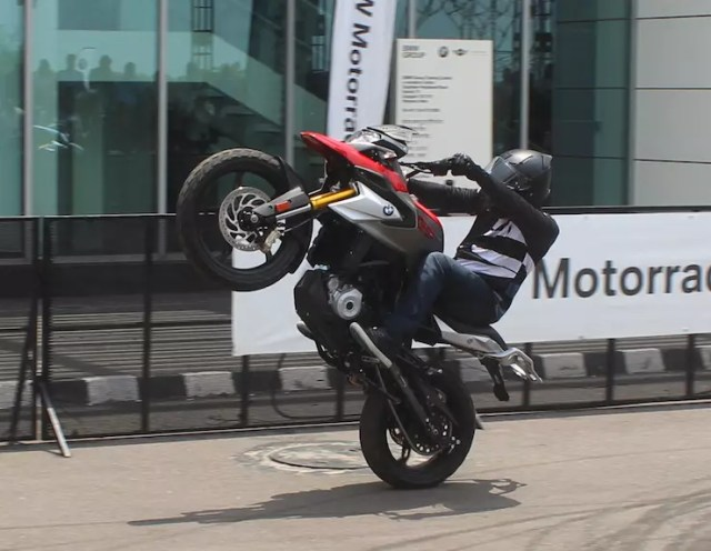 Watch the BMW G 310 R and G 310 GS perform stunts in India [VIDEO