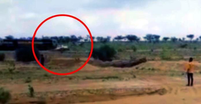 महिंद्रा बोलेरो मालिक ने टोल बचाने के लिए लिया शॉर्टकट: बोलेरो ट्रेन की चपेट में
