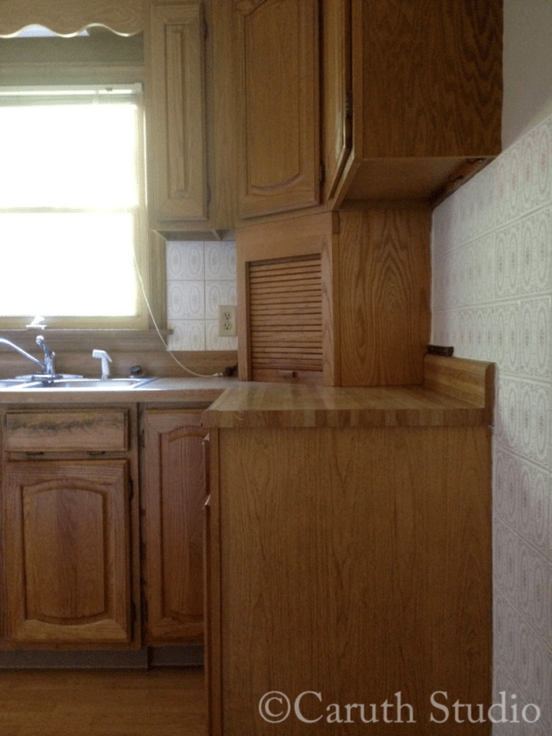 Kitchen before makeover