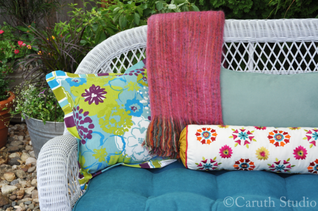Outdoor-pillows-and-throw