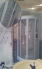 lavabo y ducha reflejados en espejo