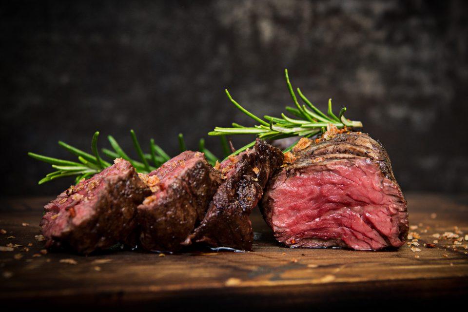 Ein saftiges Steak, medium gegrillt vom Hochtemperaturgrill (Beef Maker Meat Boss)