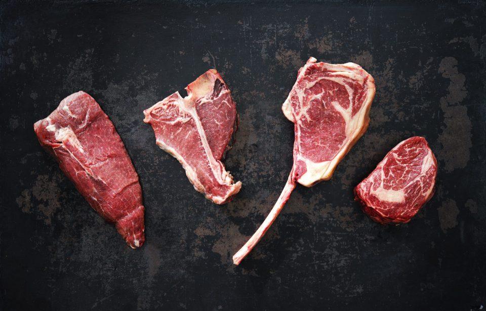 Verschiedene Rinderfleischsorten für ein Steak auf dem Grill
