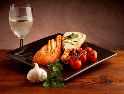 Hummer garniert mit einem Glas Weißwein
